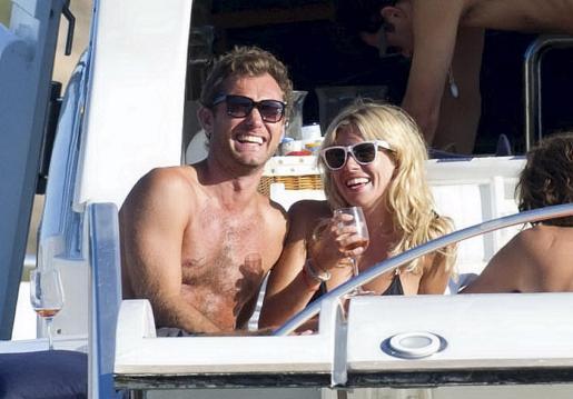 La pareja se ríe durante una animada conversación a bordo de la embarcación.