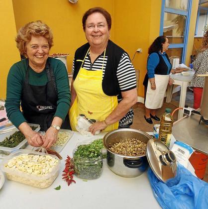 Maria Torres y Nieves Planells durante la preparación del taller de 'cuinat' del año pasado en la Llar de Eivissa.