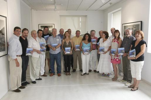 En la presentación de la nueva guía participaron representantes políticos y empresariales, todos ellos ligados a la actividad turística en las Pitiüses.