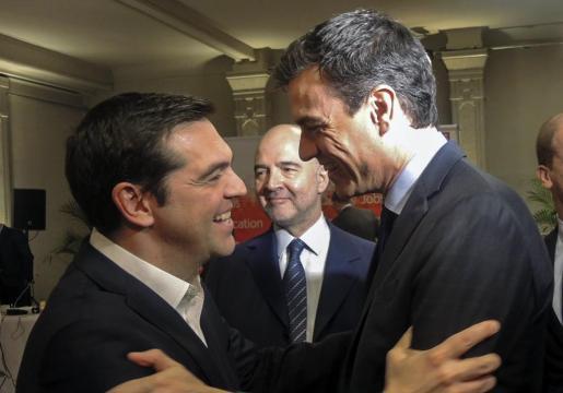 Fotografía facilitada por el PSOE de su secretario general, Pedro Sánchez (d), junto al primer ministro griego, Alexis Tsipras (i), en la tradicional reunión del líderes socialistas europeos previa a la cumbre que se inició este jueves en Bruselas.
