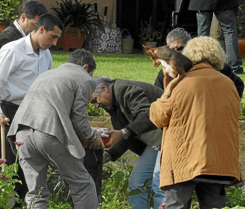 Un guardia civil recoge la famosa caja de Cola-Cao de Antònia Ordinas, uno de los símbolos de la corrupción en Balears.