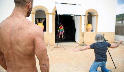 El artista belga Eric Ceccarini da instrucciones a Garazi Ortuza en presencia del actor y modelo Denis Vega. Foto: RAW PRESS
