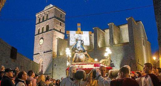 La Cofradía Nuestra Señora de la Piedad saldrá la quinta de la Catedral de Eivissa con su imagen en la que las luces se han cambiado por LED para disminuir el peso.