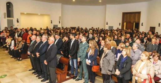 Cientos de vecinos acudieron ayer a la inauguración de la reforma de la iglesia de la Sagrada Familia de los barrios de Can Bonet y Ses Païsses. Foto: TONI ESCOBAR