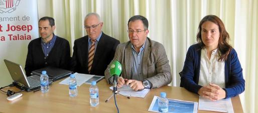 Rafel Covas, Pere Perelló, Josep Marí y Maribel Cilllán, ayer en la presentación en Sant Josep de los datos de los policías tutores.