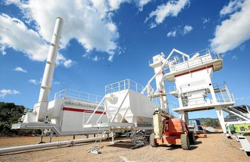 La planta asfáltica se ha situado en es Pas d'en Mateu, donde está prevista la construcción de una rotonda.