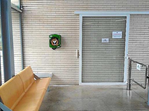 El desfibrilador está en la entrada del complejo deportivo Can Coix.