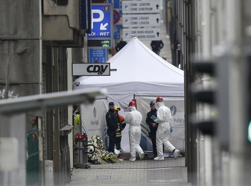 Policía científica y técnica, en la estación de metro Maalbeek después de los ataques.
