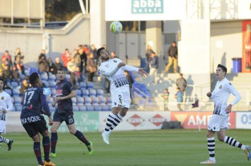 Biel Company intentando despejar un balón ante Machís, Arruabarrena y Yuste. El lateral del RCD Mallorca regresaba al once y cuajó una buena actuación en Huesca.