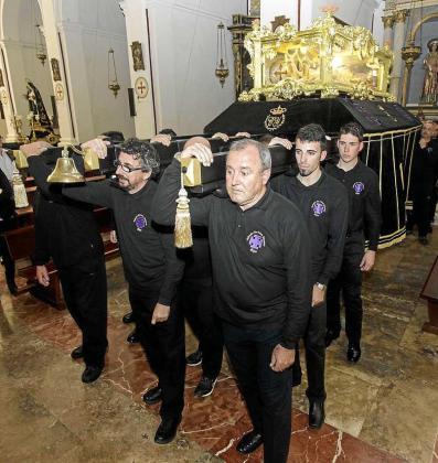 La cofradía del Santo Cristo Yacente celebró ayer su tradicional procesión de Martes Santo al término de la misa en la Catedral en honor de los cofrades difuntos. Foto: DANIEL ESPINOSA