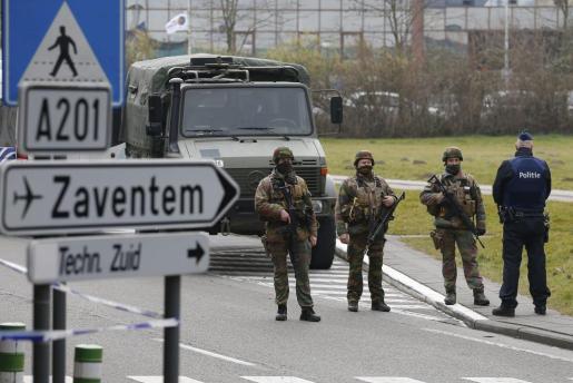 Soldados del ejército patrullando las inmediaciones del aeropuerto de Zaventem en Bruselas.