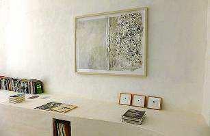 En todas las obras se utiliza el papel, bien pintado o arrugado, sobre lienzos que pueden llegar a tener hasta cuatro metros de largo.