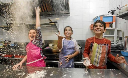 Hay unos 14 niños por actividad. Esta semana aprenden a hacer platos típicos de Semana Santa tanto ibicencos como mallorquines y peninsulares. Foto: DANIEL ESPINOSA