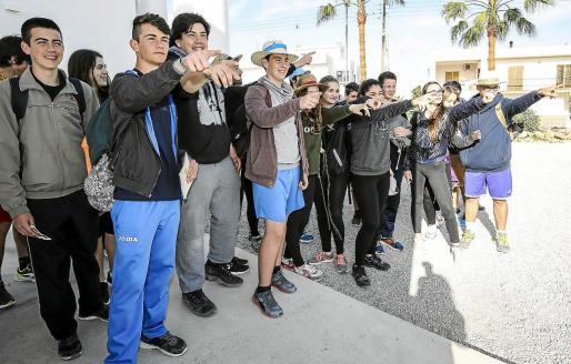 Los jóvenes antes de partir desde la iglesia de Can Bonet hasta Sant Rafel en la tercera etapa de Rodar la terra.