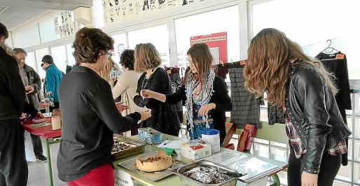 Los alumnos vendieron productos artesanales y comida hecha por ellos mismos.