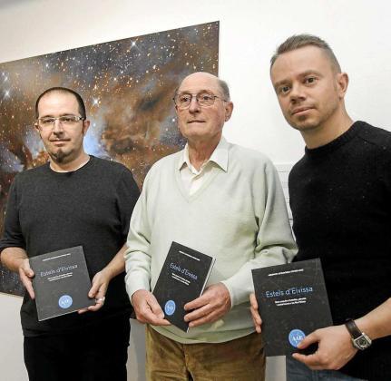 José Luis Bofill presentó el libro 'Estels d'Eivissa' en Sa Nostra Sala, junto al concejal Pep Tur y el conseller David Ribas. Foto: D. E.