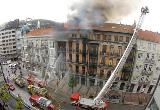 Tres dotaciones de los Bomberos del Servicio de Emergencias del Principado de Asturias (SEPA) se han sumado al amplio operativo desplegado por los Bomberos de Oviedo para tratar de extinguir el incendio registrado en el número 58 de la calle Uría de la capital asturiana, que ha obligado al desalojo de tres inmuebles.