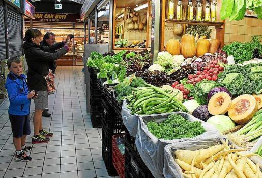 El colorido de los puestos de los mercados pitiusos sorprende a los primeros visitantes de la temporada. Fotos: D.M.