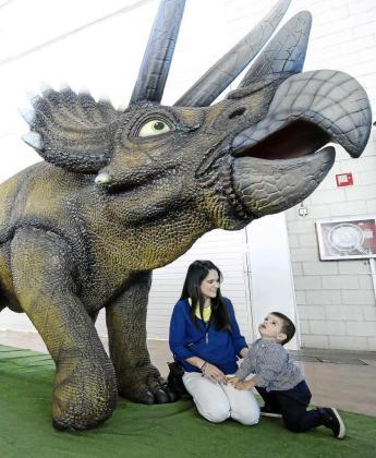 Los más pequeños de la casa disfrutan con las increíbles reproducciones a tamaño real de los dinosaurios, algunos de los cuales se mueven y emiten sonidos. Foto: ARGUIÑE ESCANDÓN
