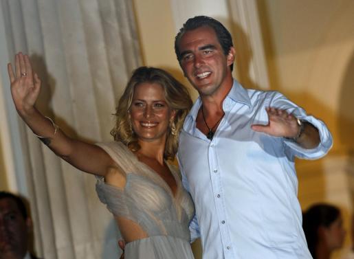 Nicolás de Grecia y sus prometida saludan desde un balcón.