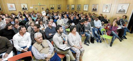 El salón de plenos del Ayuntamiento de Sant Josep registró un lleno total para la subasta que se prolongó durante más de 6 horas con momentos de mucha tensión. Foto: DANIEL ESPINOSA