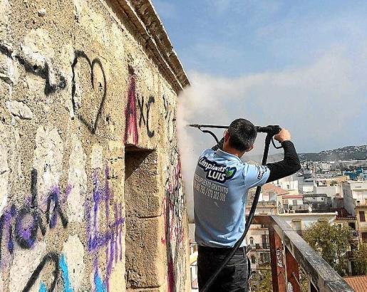 Un operario limpiando la casamata del MACE. Foto: D. ESPINOSA