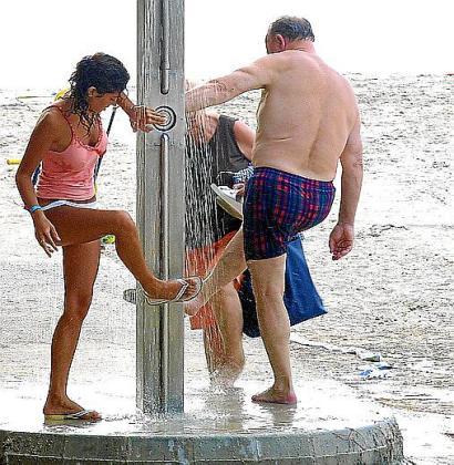 Reducir la presión de las duchas en las playas es una de las medidas que se aplicará por estar en situación de prealerta por sequía.