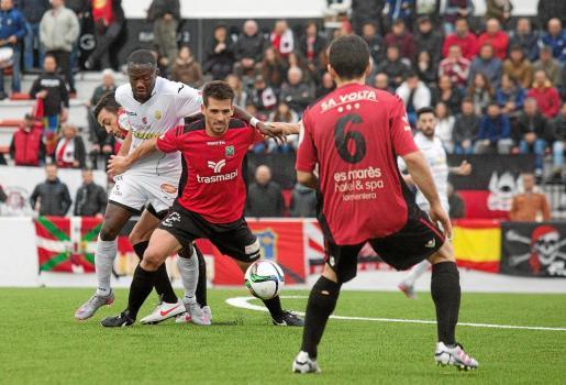 El capitán rojillo Maikel, uno de los afectados, protege el balón frente a la presión del peñista Winde en el último derbi entre ambos equipos.