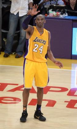 El jugador de los Angeles Lakers Kobe Bryant se despide de sus aficionados tras el partido que enfrentó a los Angeles Lakers contra los Utah Jazz en el Staples Center en Los Ángeles.