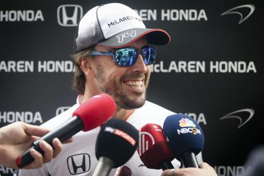 El piloto español de Fórmula Uno, Fernando Alonso, de McLaren-Honda, conversa con varios periodistas en el circuito internacional de Shanghái.