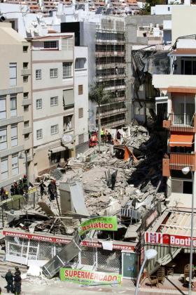 Un edificio de Los Cristianos (sur de Tenerife) que se ha derrumbado parcialmente la mañana de este jueves.
