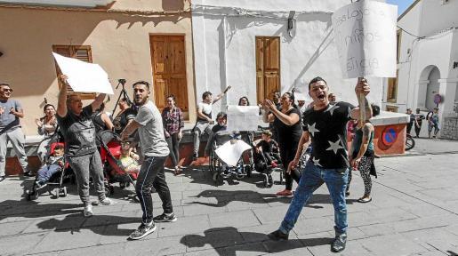 Claman justicia. El grupo de vecinos llegó a las 11.40 a Can Botino mostrando pancatas de protesta y profiriendo gritos contra el alcalde.