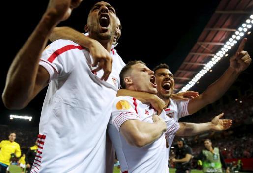Los jugadores del Sevilla celebrando el pase a semifinales. Foto: MARCELO DEL POZO
