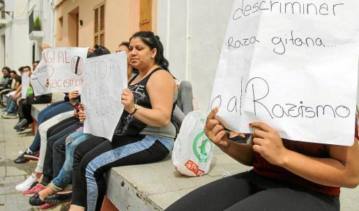Una veintena de vecinos de sa Penya se manifestaron ayer por segundo día a las puertas del ayuntamiento.