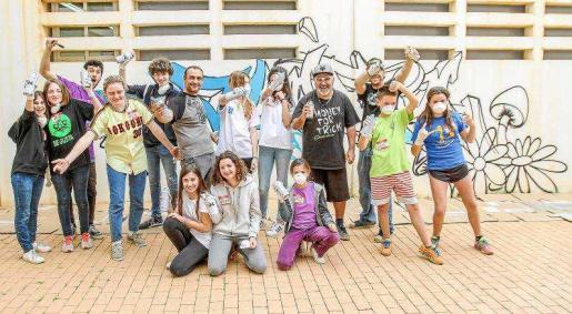 Pintaron las paredes del Centro de Interpretación de Es Amunts con flores y setas. Foto: TONI ESCOBAR