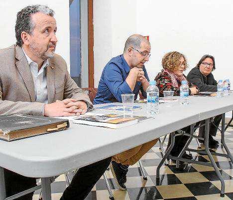 Josep Masanés y Carles Fabregat recogieron ilusionados las ediciones de sus Premios de Narrativa y de Poesía Ciutat d'Eivissa que por primera vez, este año estarán listas para el Día del Libro. Foto: TONI ESCOBAR