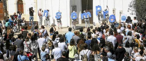 El pueblo de Formentera se echó ayer a la calle para reclamar diálogo a las instituciones e intentar que la APB cambie de opinión sobre la nueva ubicación de la estación marítica del puerto de Vila.