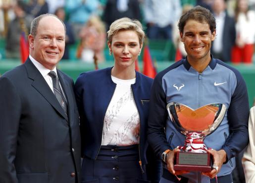Rafael Nadal, posa con su trofeo acompañado por Alberto y Charlene de Mónaco.