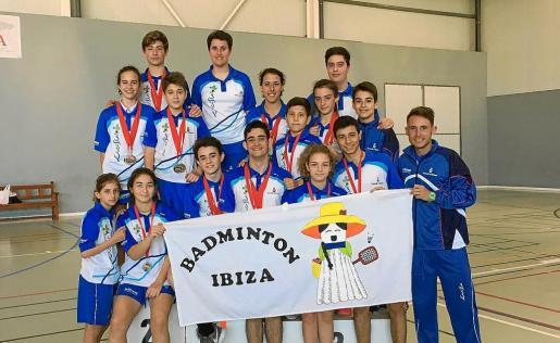 La expedición ibicenca posa con sus medallas al término de la competición.