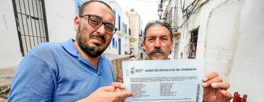 Anastasio García y Sebastián Cortés muestran el aviso de desalojo que incluye a sus viviendas en las calles Alt y Retir de sa Penya.