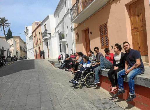 Una veintena de personas se concentraron frente al Ayuntamiento durante la reunión que el representante de los afectados mantuvo con el alcalde.