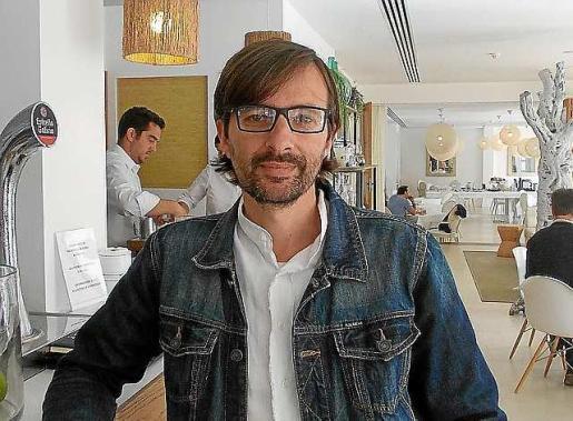 Miquel Costa, creador de la obra 'Perdius' ayer en Formentera. Foto: MARTA VÁZQUEZ