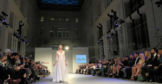 Una modelo exhibe un traje de novia diseñado por Charo Ruiz en la Galería de Cristal del Palacio de Cibeles. Foto: ARGUIÑE ESCANDÓN