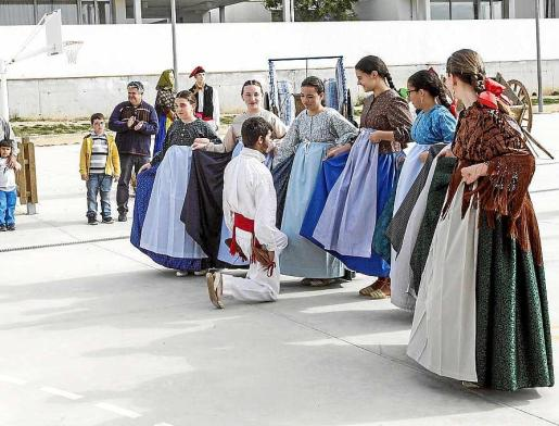 El colegio, situado al lado del Instituto Sa Serra de Sant Antoni, celebró una gran fiesta gracias a la colaboración de alumnos, profesores, APIMA, la Colla de Ball Pagès de Sant Rafel y l'Associació Artesanal de Portmany. Foto: DANIEL ESPINOSA