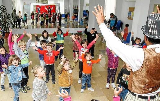 La mañana no pudo ser más divertida para todos los alumnos de los colegios de Sant Mateu, Buscastell y Santa Agnès. Foto: TONI ESCOBAR