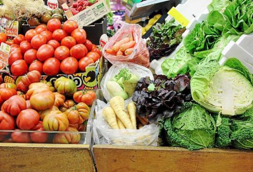 Hortalizas de invierno y otras más veraniegas conviven en los puestos de los mercados pitiusos. Foto: D. MANAU