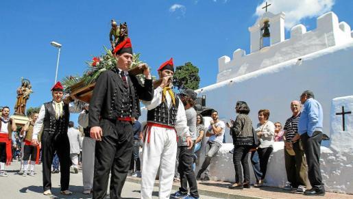 Miembros de la Colla Sant Jordi cargan con la imagen de su patrón. Foto: TONI ESCOBAR