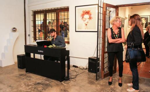 El cantante Joaquín Garli durante la colectiva inaugurada el viernes por la noche. Foto: TONI ESCOBAR
