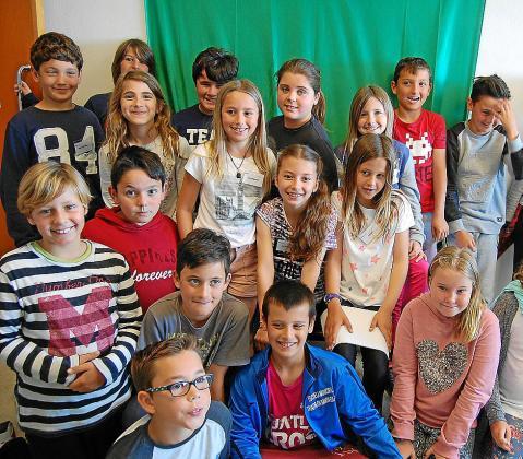 Los alumnos de 4º A de S'Olivera pasaron la mañana de ayer terminando de redactar sus noticias e incluso realizando las primeras pruebas en cámara con el croma. Foto: CARMEN CIRES