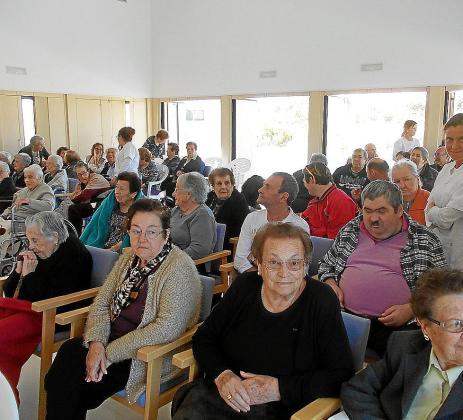 Los usuarios, sus familiares y los trabajadores del Centro de Día de Formentera disfrutaron con la celebración de su quinto aniversario en la que actuaron Aires Formenterencs. Foto: MARTA VAZQUEZ